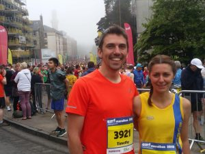 Tamzin Petersen with Tim at start of Edinburgh Marathon